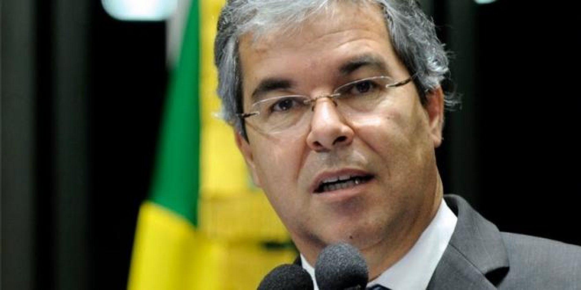 Após afastamento de Renan, petista assume presidência do Senado