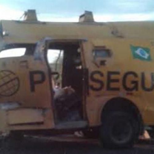 Grupo de bandidos explode carro forte em Poções