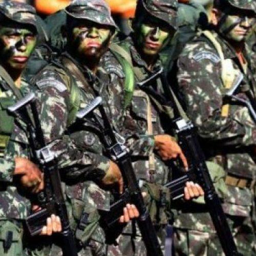 Manifestantes se deslocam e segurança é reforçada no entorno da TV Globo