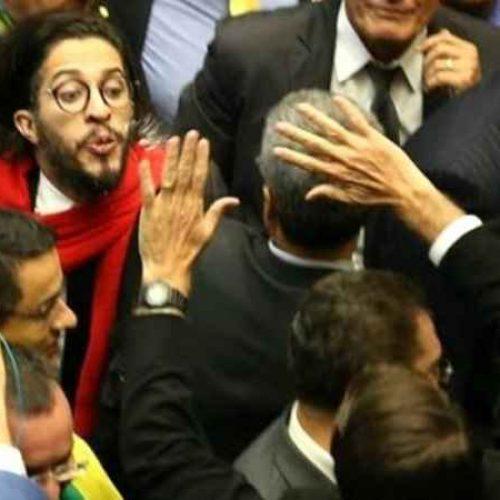 Perícia refuta tese de que cuspe de Jean Wyllys em Bolsonaro foi premeditado