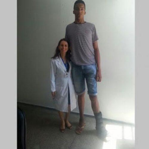 Ipiaú: Jovem com 2,20m de altura aguardará por cirurgia para retirar tumor do cérebro