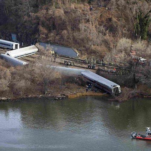 Trem de passageiros descarrila em Nova York e fere mais de 100