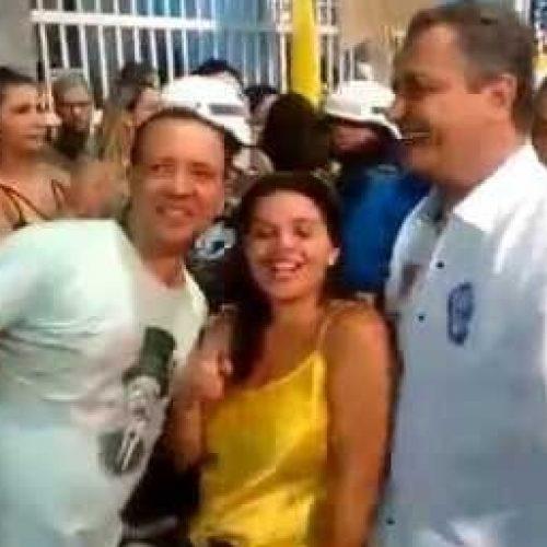 Rui curte pipoca de Luiz Caldas e recebe carinho de foliões