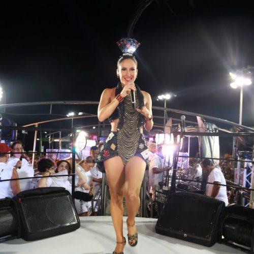 """Claudia Leitte faz versão """"pornô"""" do hit """"Medo Bobo"""""""
