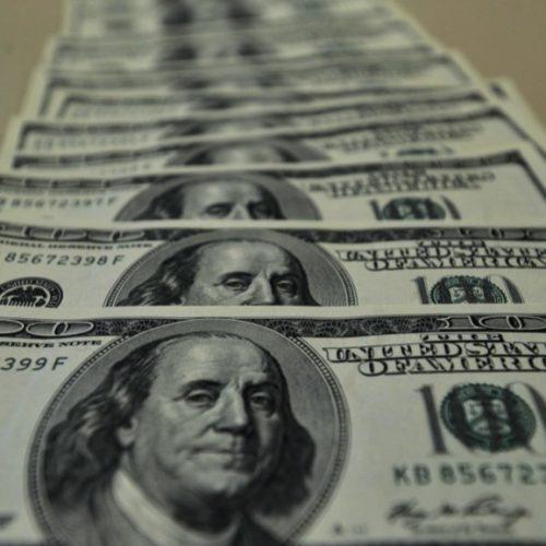 Pela primeira vez no ano, dólar fecha em alta e Bolsa, em queda