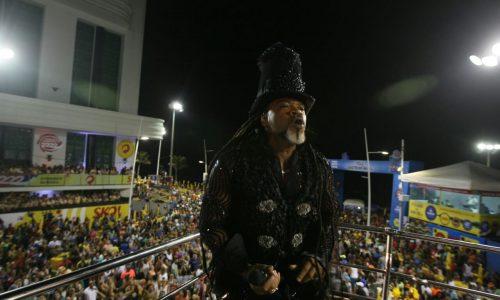 Em camarote Andante, Carlinhos Brown anima folião pipoca