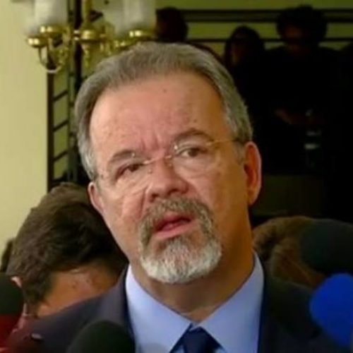 Ministro da Defesa dá patada em jornalista ao vivo