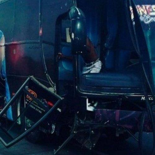 Ônibus que levava banda Os Clones para show em Itaberaba se choca com carreta na BR-116