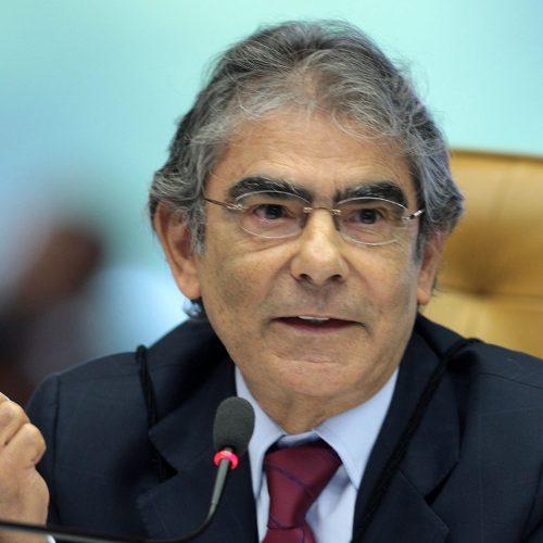 'Presidente também é julgado', diz Ayres Britto