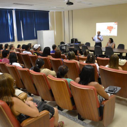 Programa prevê formação de 10 mil profissionais da educação