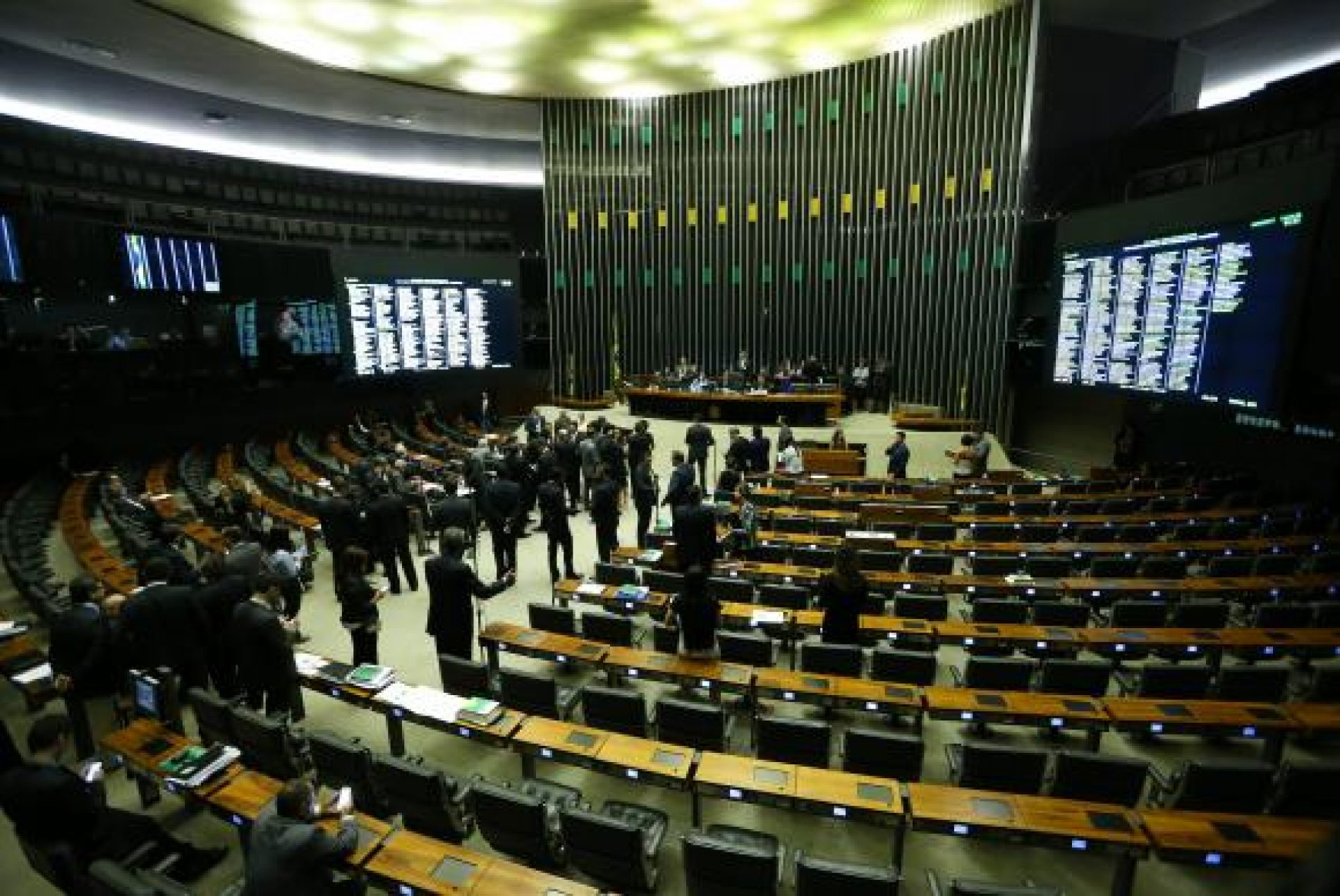Proposta de prevalência de acordo coletivo sobre a lei recebe críticas na Câmara