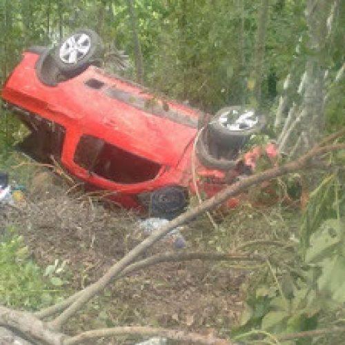 Jitaúna: Criança e mulher ficam feridas após veículo capotar e cair em ribanceira na BR-330