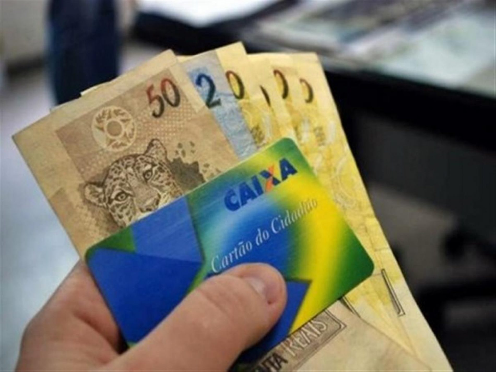 Caixa paga na sexta-feira abono do PIS para trabalhador nascido em novembro