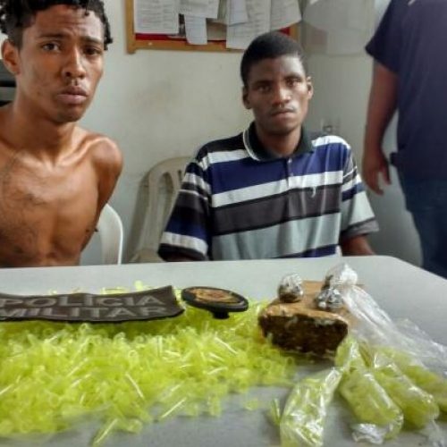 Operação da PM prende dois homens com 100 pinos de cocaína em Conceição da Feira