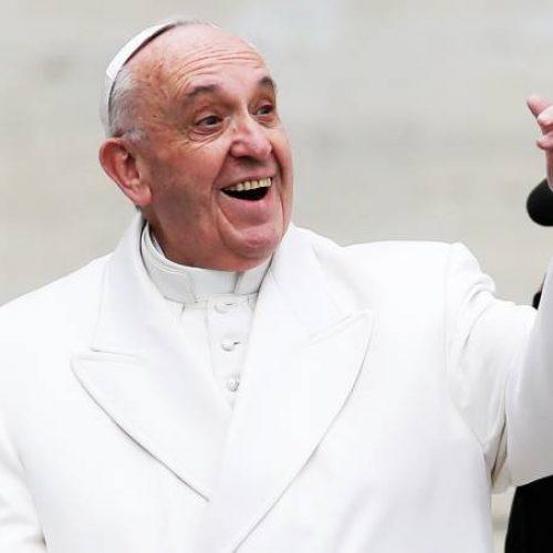 Papa pede que fiéis consultem a Bíblia como os celulares