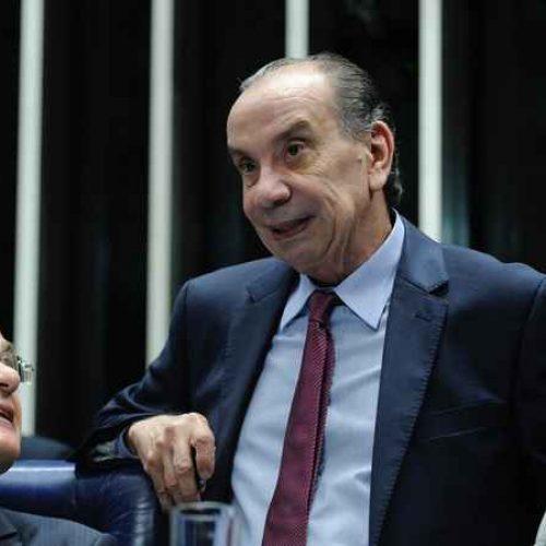 """""""Não somos poderosos a ponto de chutar o balde"""", diz Aloysio Nunes"""
