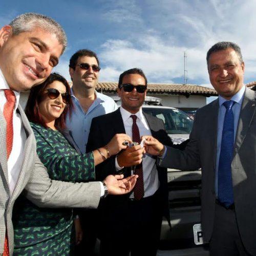 Rui anuncia construção de fórum e entrega viaturas em Porto Seguro