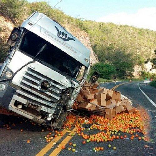 Acidente entre caminhão carregado de tomate e van deixa quatro mortos na Chapada Diamantina
