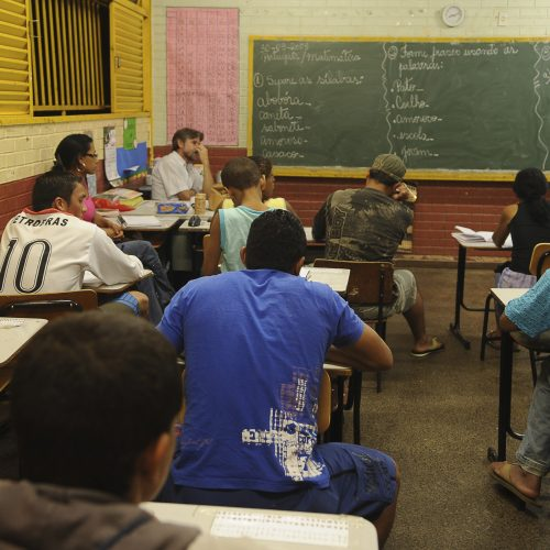 Brasil reduz desigualdade, mas ainda tem 2,5 milhões fora da escola
