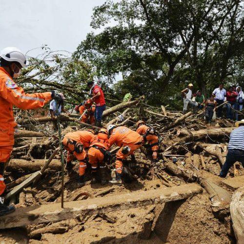 Colômbia enterra vítimas de deslizamento e planeja reconstrução de Mocoa