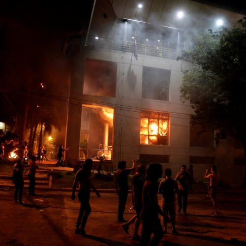 Congresso do Paraguai é incendiado após Senado aprovar reeleição