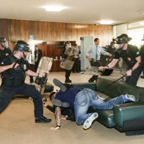 O pau quebrou no Congresso Nacional: policiais tentam invadir Congresso contra a Reforma da Previdência; assista