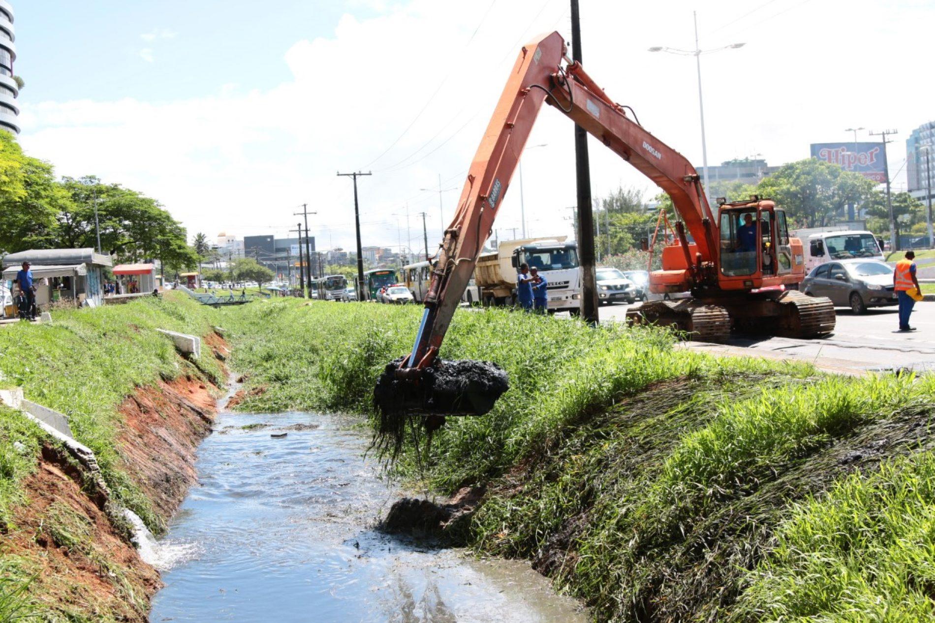 Operação retira oito mil metros cúbicos de resíduos em canal na Av. ACM
