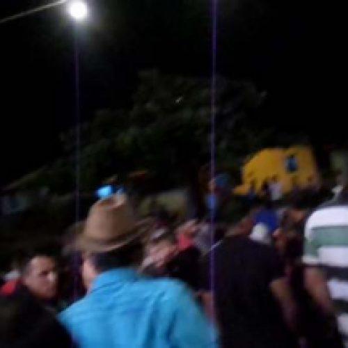 Incrível: Vídeo mostra desabamento de arquibancada durante 'tourada' em Conquista; assista