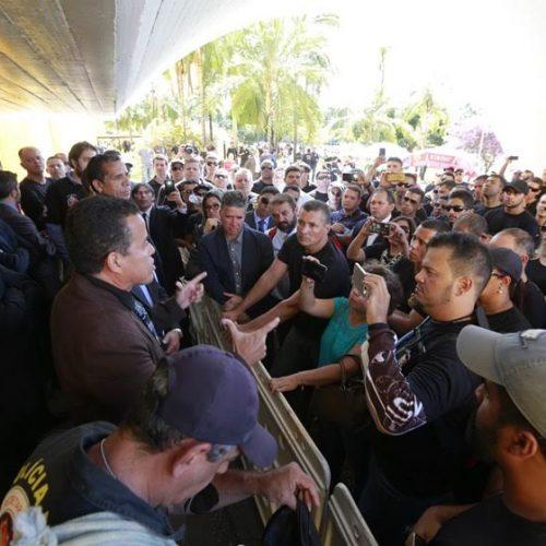 Agentes penitenciários tentam invadir Câmara dos Deputados