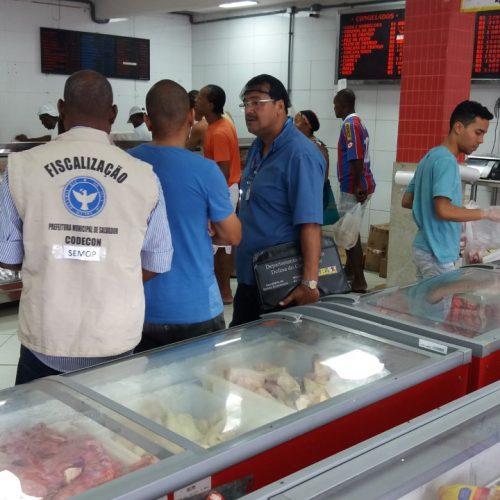 Codecon autua açougue por venda de carne estragada em Cajazeiras