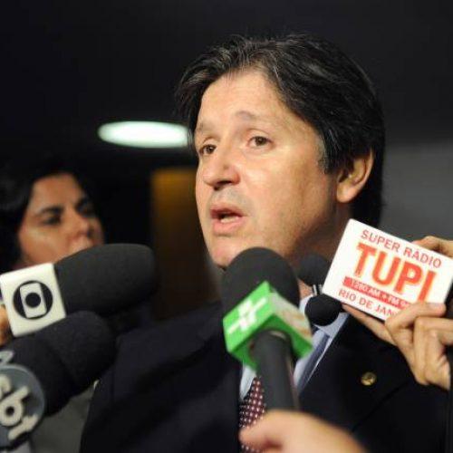 Deputado aliado de Temer chega ao Brasil