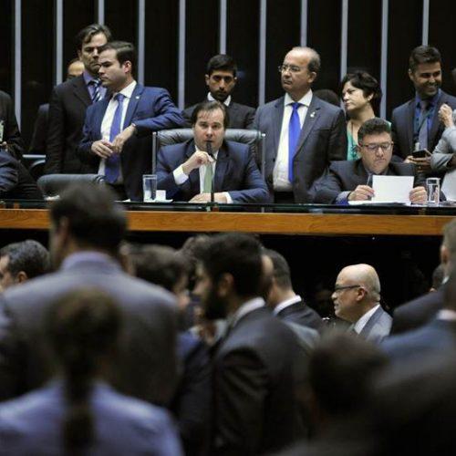 Deputados fazem protestos contra Temer no plenário da Câmara