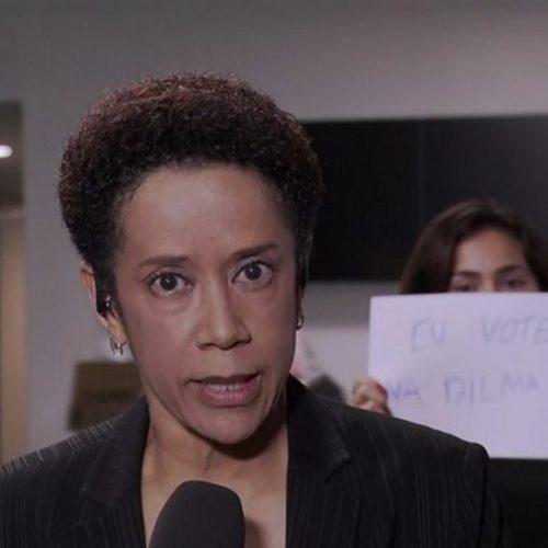 """Mulher invade link do Jornal Nacional com cartaz """"Eu votei na Dilma"""""""