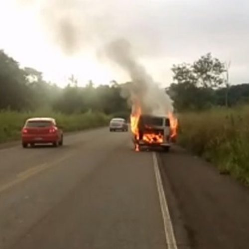 Kombi com jogadores de futebol pega fogo em rodovia em Ubatã