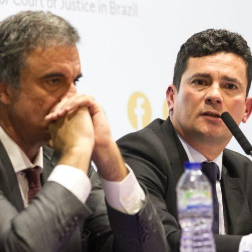 Sérgio Moro e ex-ministro Cardozo ficam lado a lado durante debate em Londres