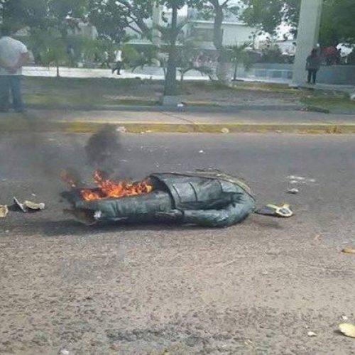 Multidão destrói estátua de Chávez em protestos na Venezuela