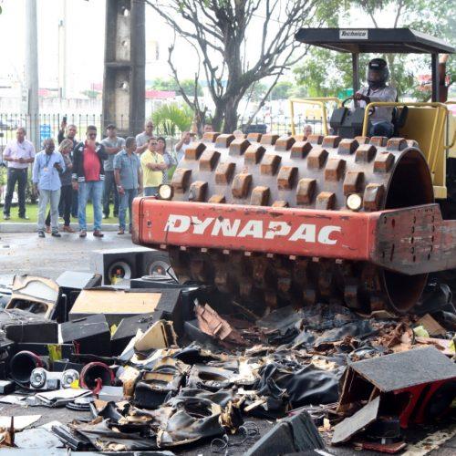 Prefeitura destrói cinco toneladas de CDs apreendidos em blitze de poluição sonora