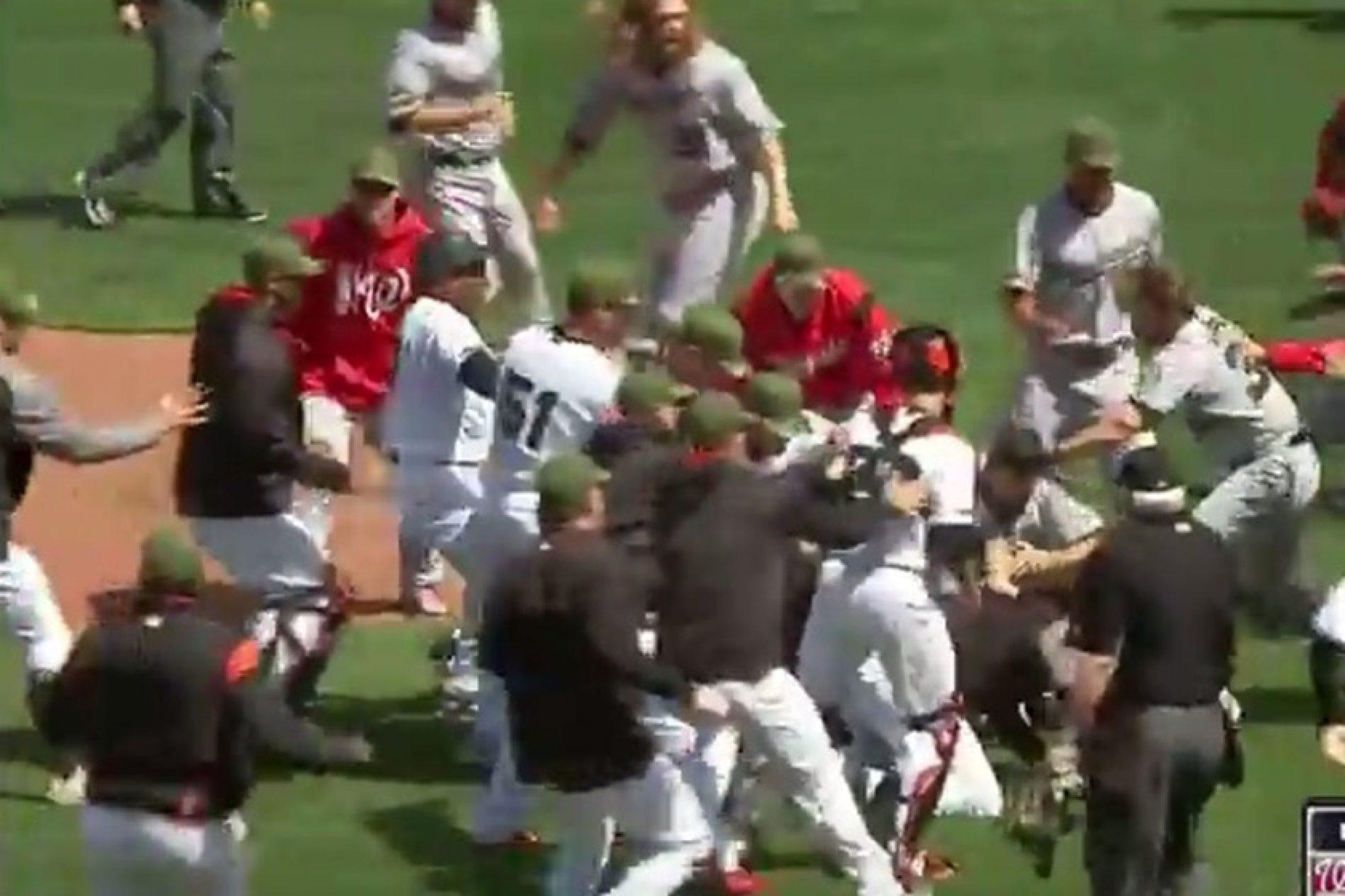 Vídeo: partida de beisebol nos EUA tem briga generalizada após bolada