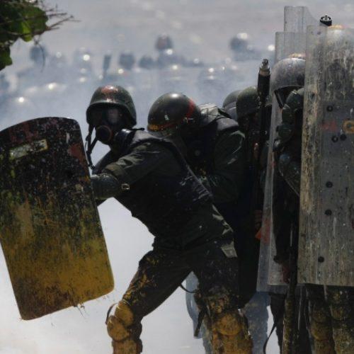 Venezuela: manifestantes atiram frascos com fezes em soldados; mais dois morrem