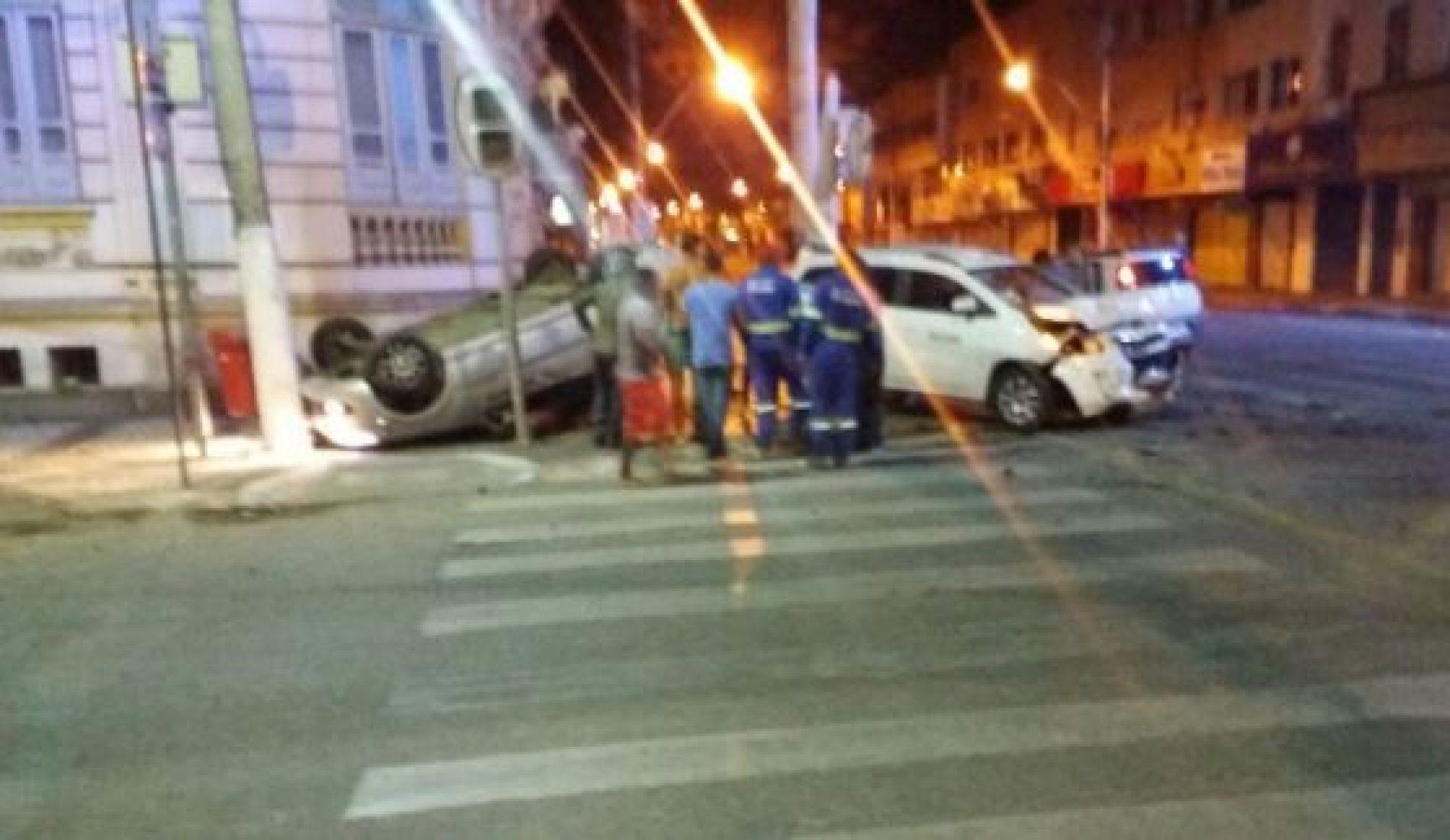 Acidente entre dois táxis deixa um morto em Feira de Santana