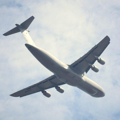 Avião militar desaparece em Mianmar com 104 pessoas a bordo