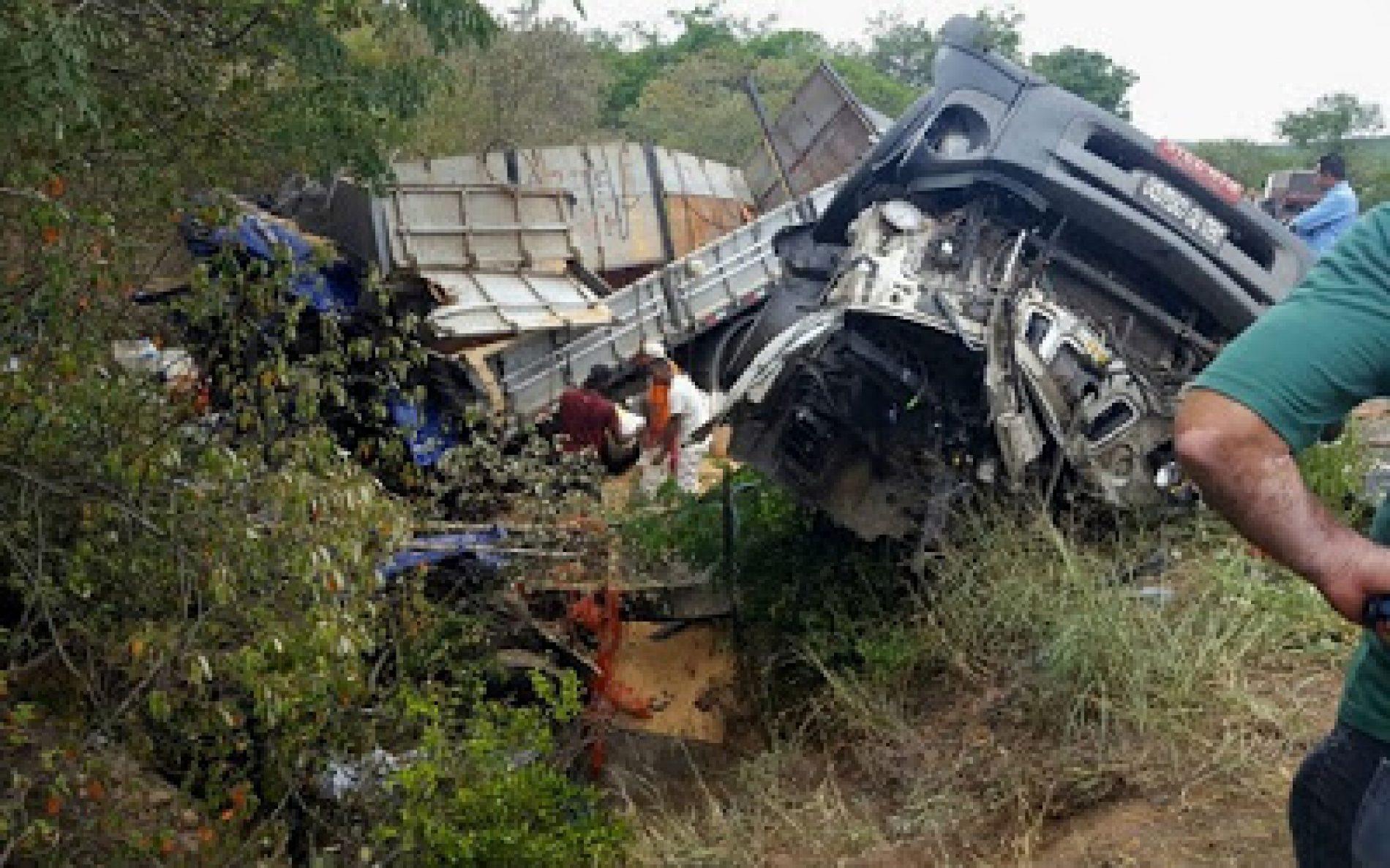 Batida entre caminhão e carreta deixa 03 mortos em Seabra