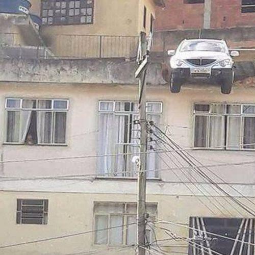 Impressionante! Carro quase cai de laje no segundo andar após criança ligar veículo
