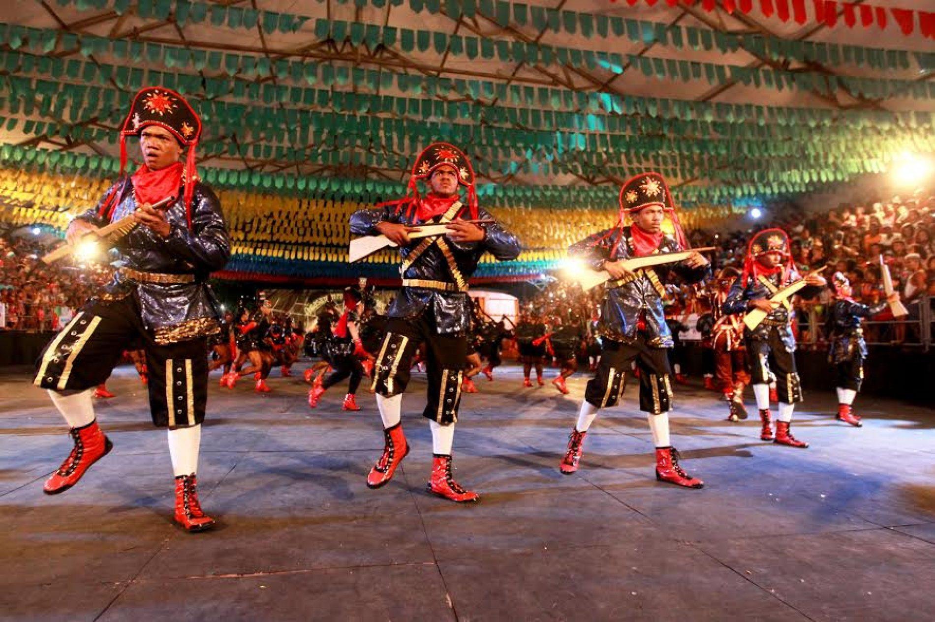 Concurso de quadrilhas juninas leva milhares de pessoas à Praça da Revolução, em Periperi