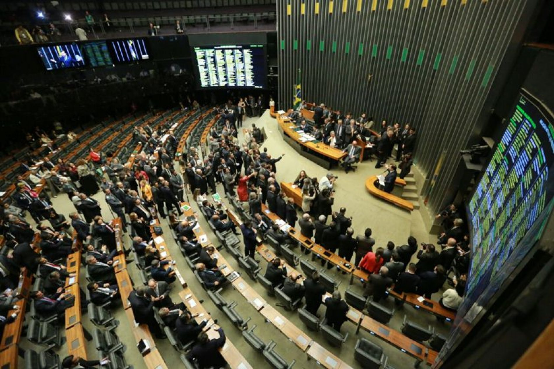Oposição quer que denúncia contra Temer seja votada no plenário em um domingo