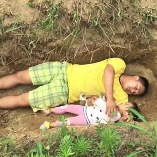 """Menina é colocada em cova aberta pelo pai para """"prepará-la para morte""""; assista"""
