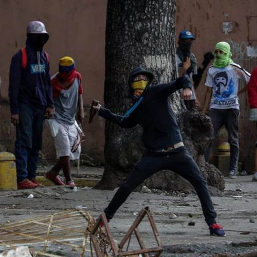 Em dia de greve geral, duas pessoas morrem em protestos contra Maduro