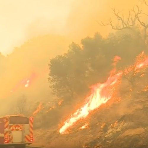 Incêndio força evacuação de 8 mil pessoas na Califórnia (EUA)