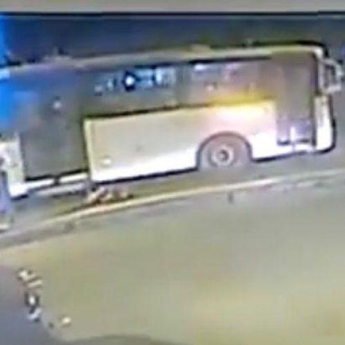 Impressionante! Jovem empurra grávida na frente de ônibus em movimento Veja vídeo