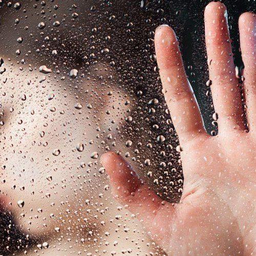 Jovem estuprada em estação de trem sofre novo ataque ao pedir socorro